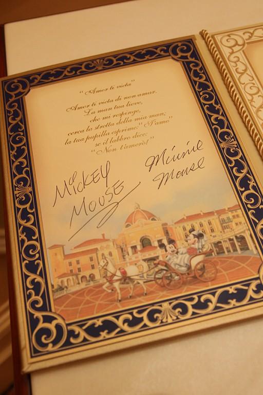 結婚誓約書にミッキーさんとミニーさんがサインをしてくれました